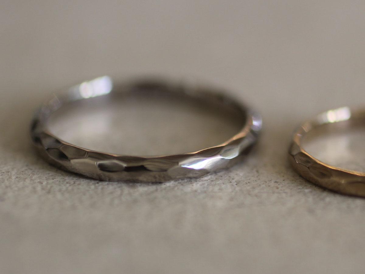 凹凸のある結婚指輪の質感