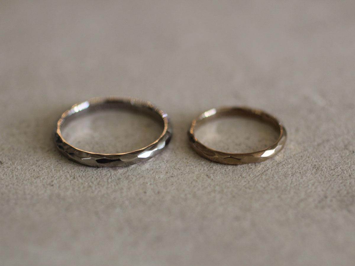 でこぼこした表面の結婚指輪