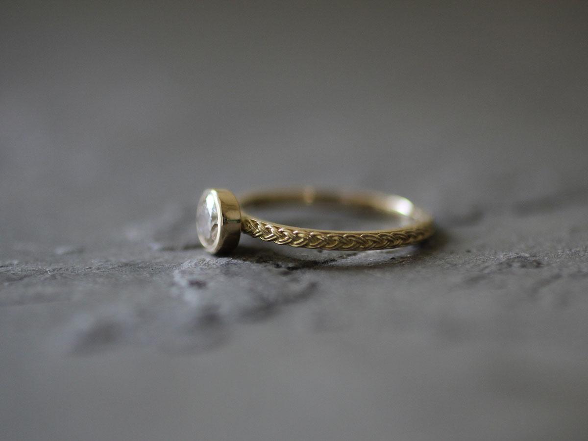 編み込みとダイヤのリング