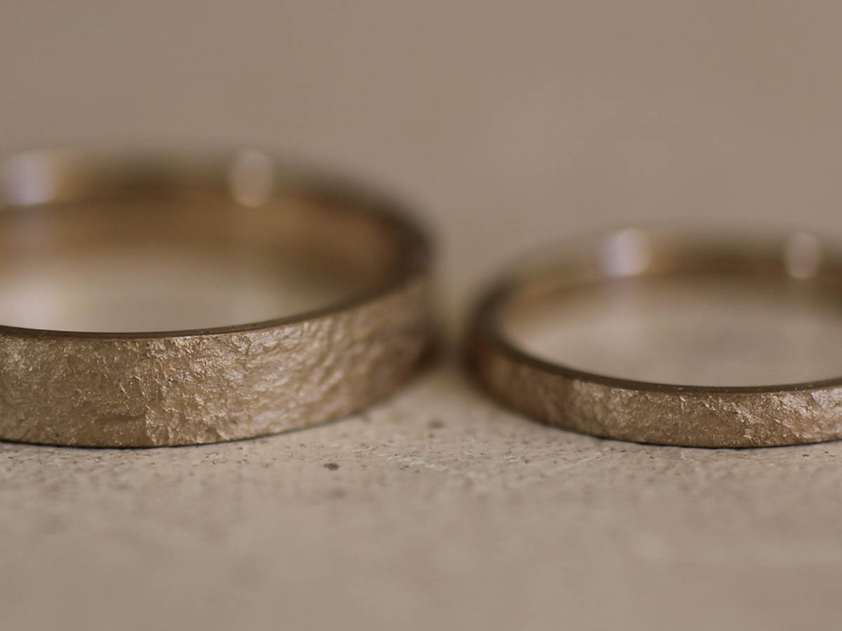 ザラザラした質感の結婚指輪の表面