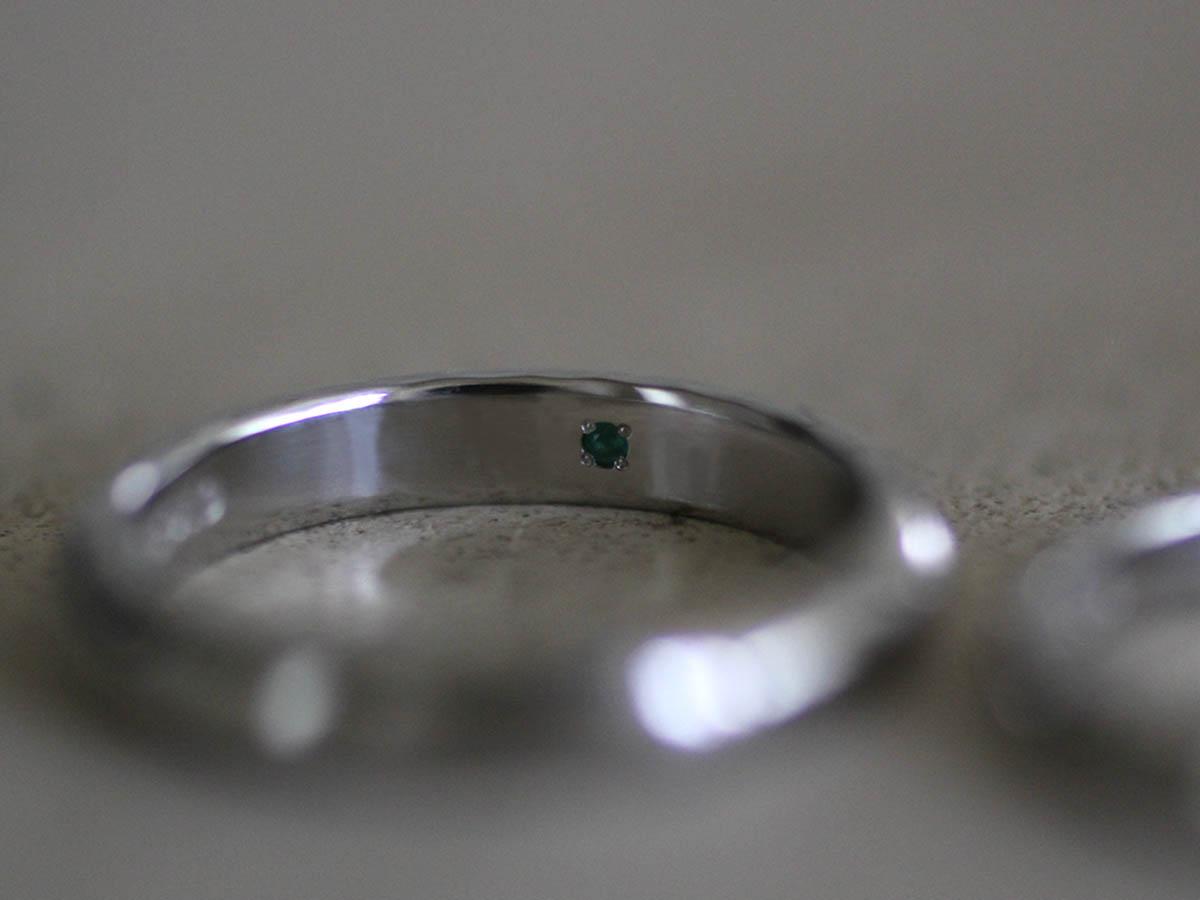 石を内側に埋め込んだ結婚指輪