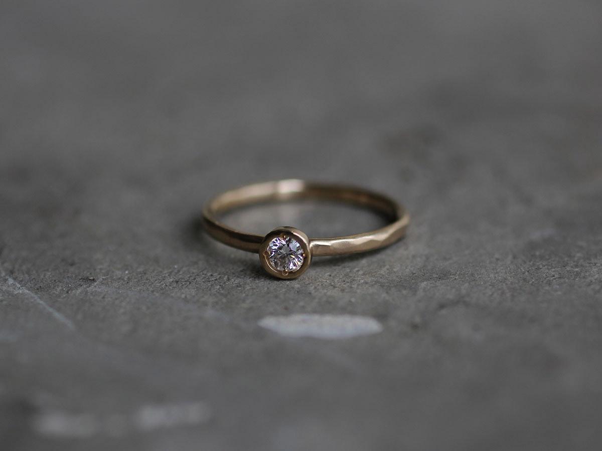 落ち着いた雰囲気の婚約指輪