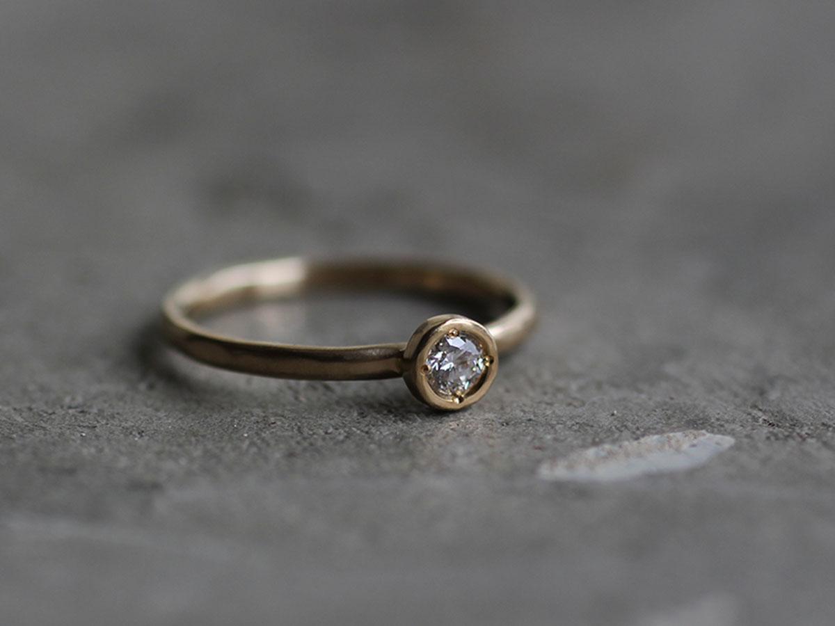 シンプルなダイヤモンドのエンゲージリング