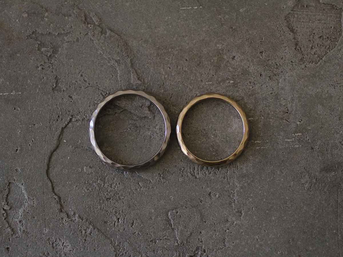 真上から見たシックな結婚指輪