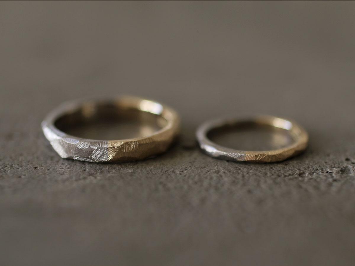 粗く削り出した表面仕上げの結婚指輪