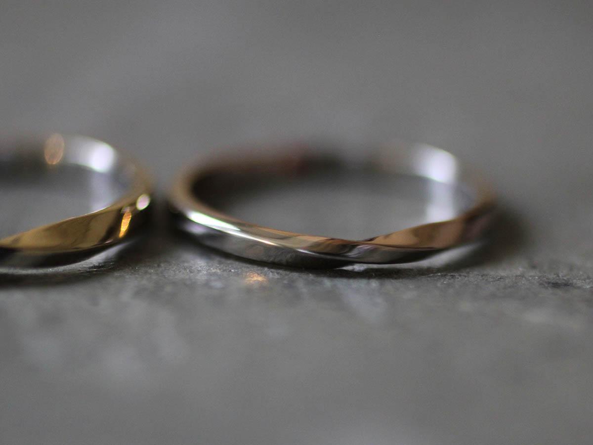ねじりを入れた指輪のトップ
