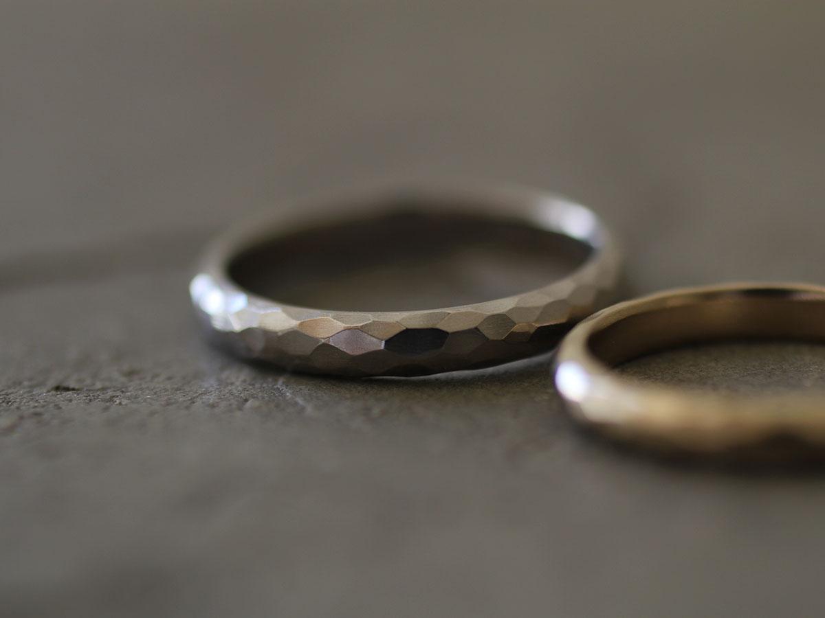 金槌で叩いた結婚指輪の表面