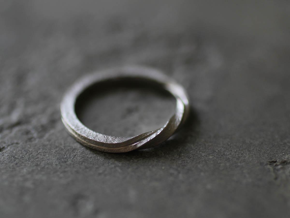 ねじりデザインの結婚指輪