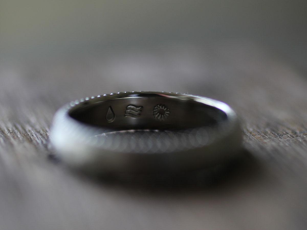 オリジナルモチーフの結婚指輪の刻印