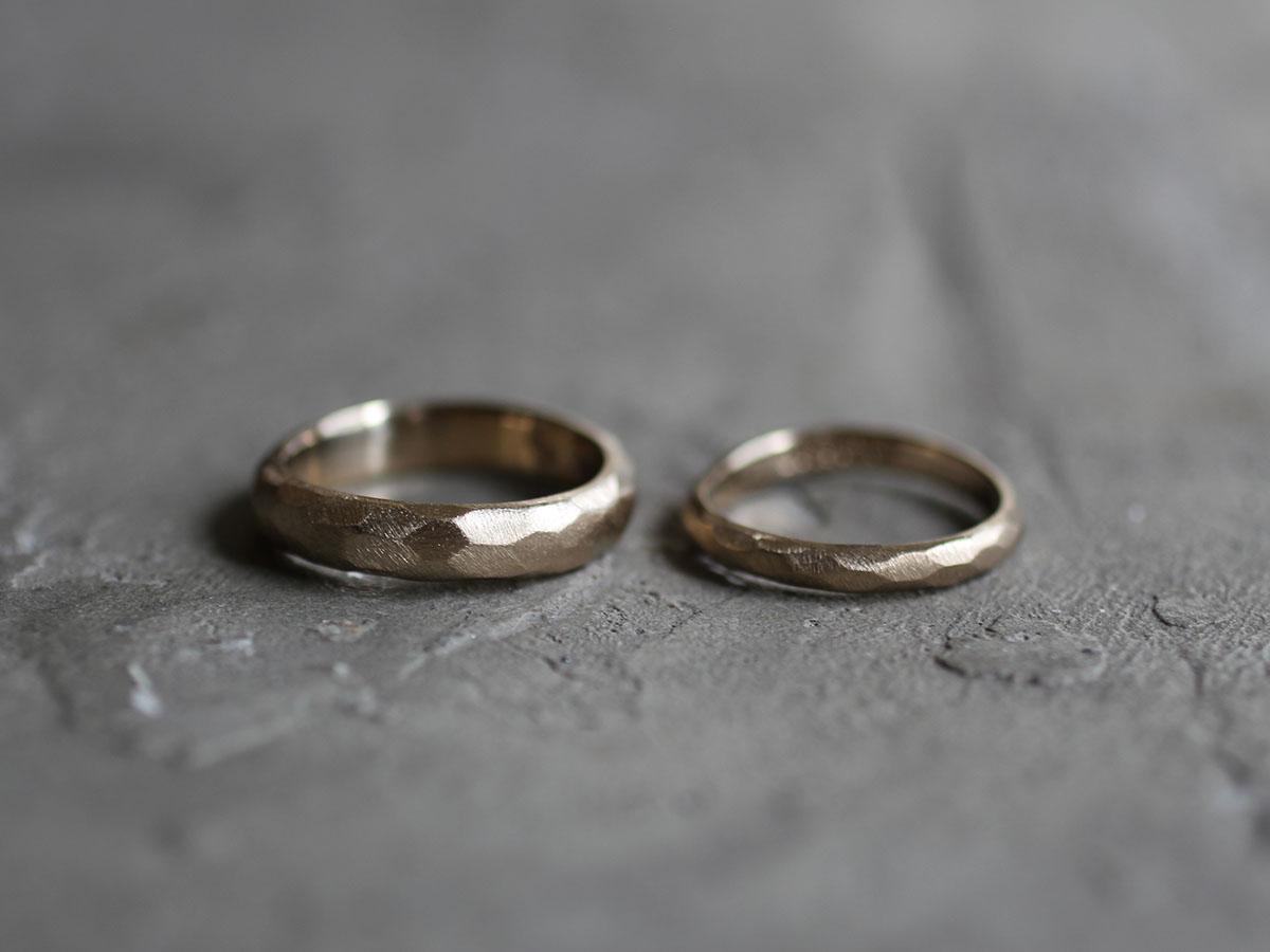表面をランダムに削り出した結婚指輪