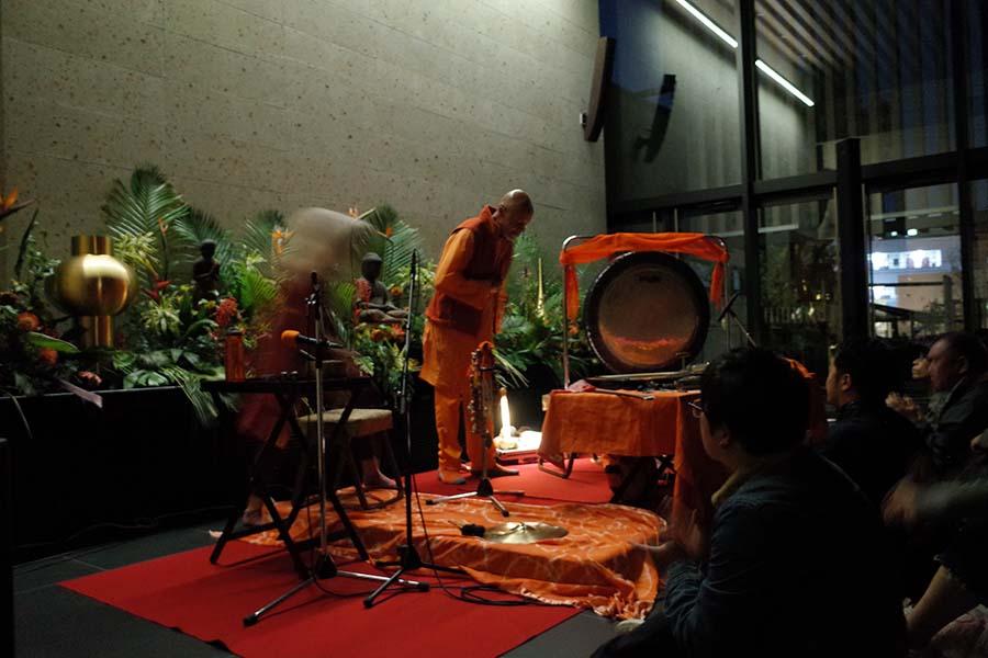 東京に寺院で行われたララージのライブ