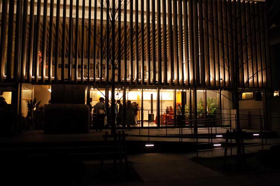 ララージのライブ会場の寺院