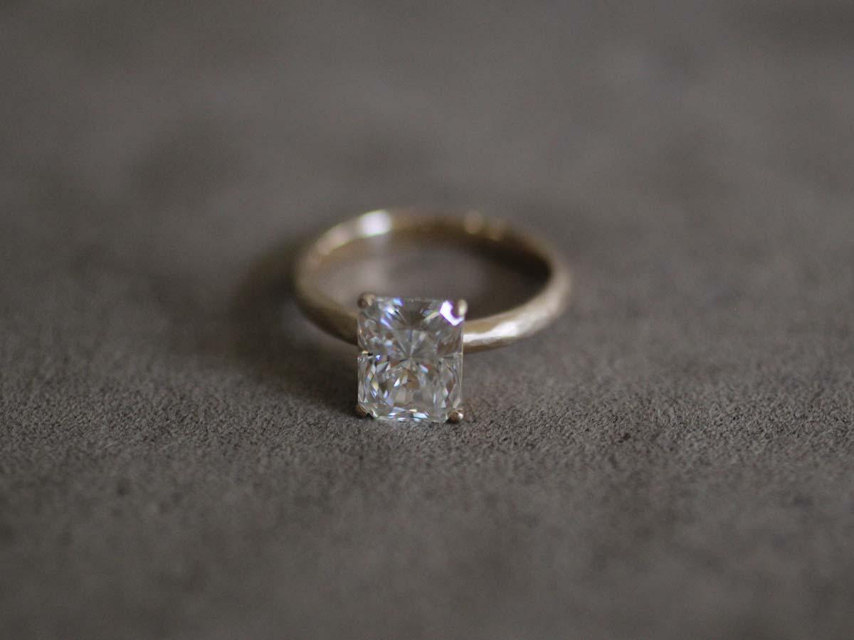 落ち着いた印象の婚約指輪