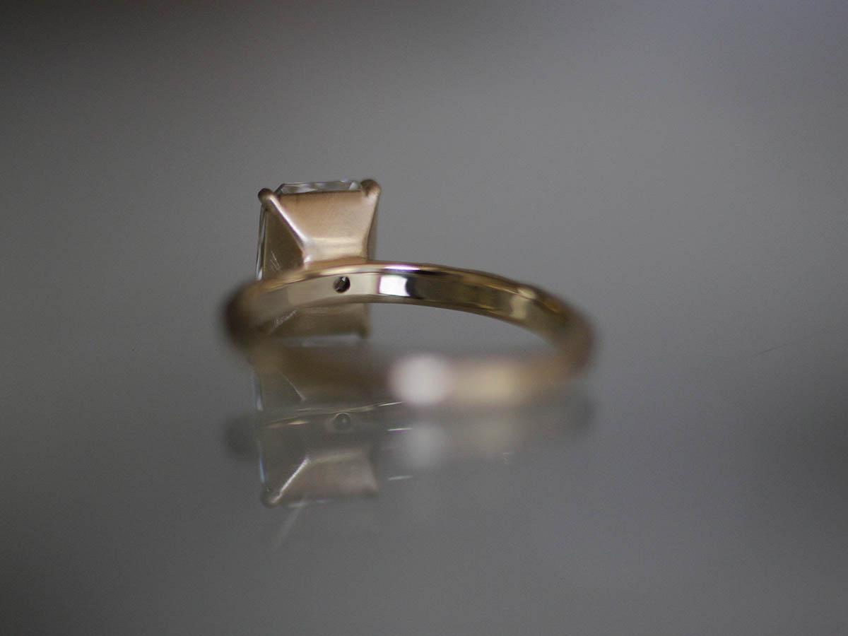 四角いダイヤの婚約指輪