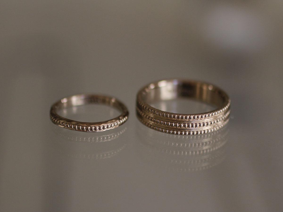 ミル打ちの装飾が特徴的な結婚指輪