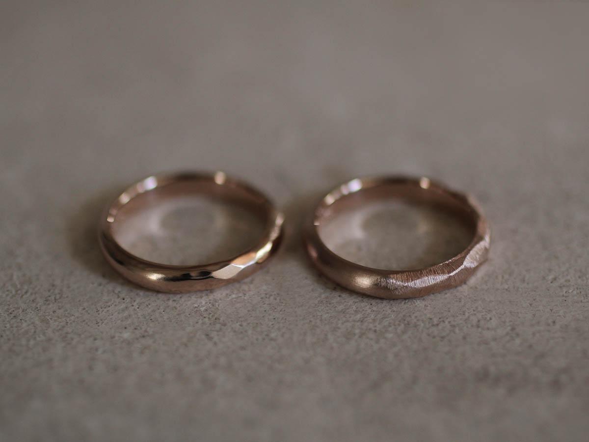 2つの異なる質感の結婚指輪