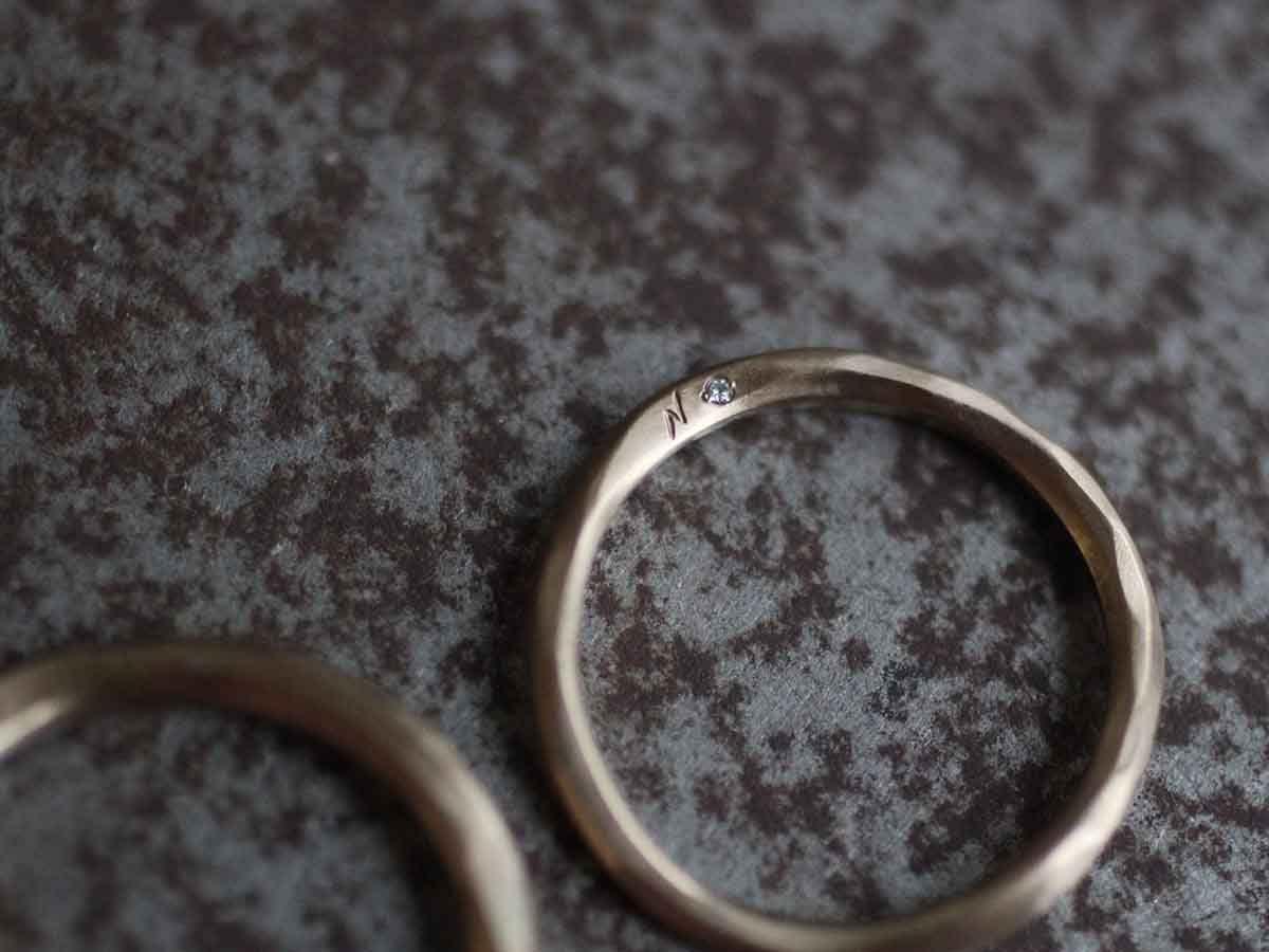 結婚指輪に入れた彫り込みとダイヤ