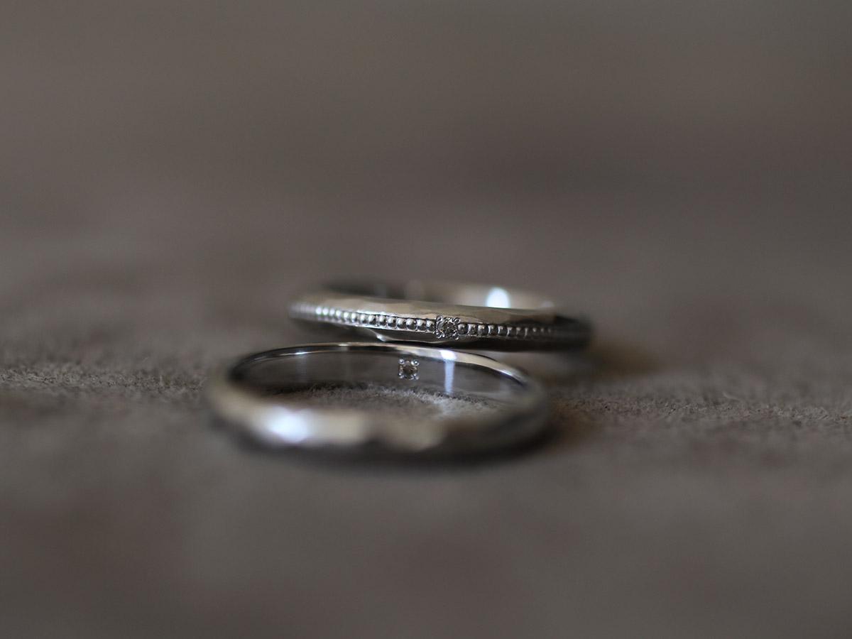 ダイヤをワンポイント埋め込んだプラチナ製のマリッジリング