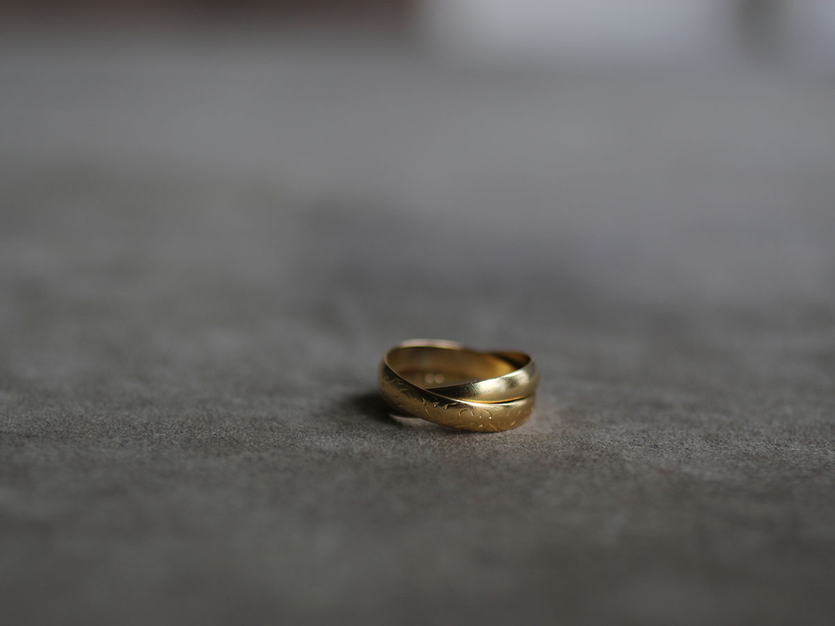 濃い金色のマリッジリング