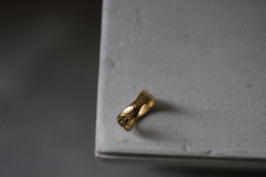 深いゴールドの結婚指輪